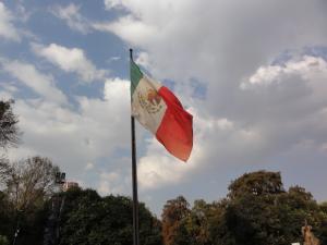 Mexico人類学博物館外にある国旗