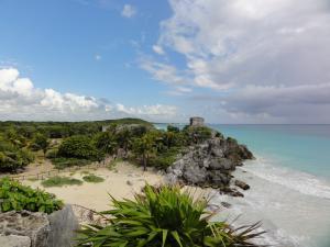 〝トゥルム遺跡〟内から見るカリブの美しい海