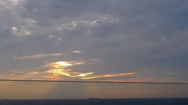 飛行機と夕日