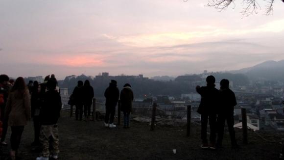 初日の出、雲に遮られ…
