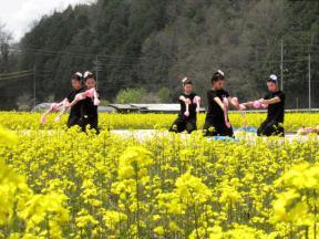 銭太鼓を踊る少女たち