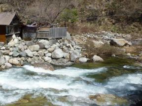 渓流と温泉と
