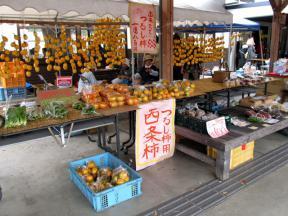 地元産の農産物を並べた露店