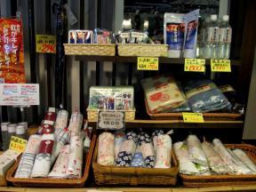 温泉関連商品が並ぶ棚