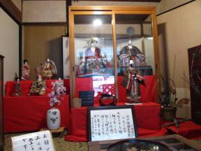 民家の玄関に飾られた古今雛