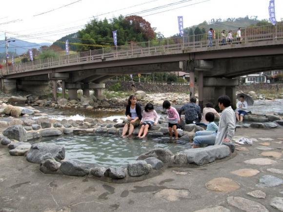 吉井橋のたもとの足湯