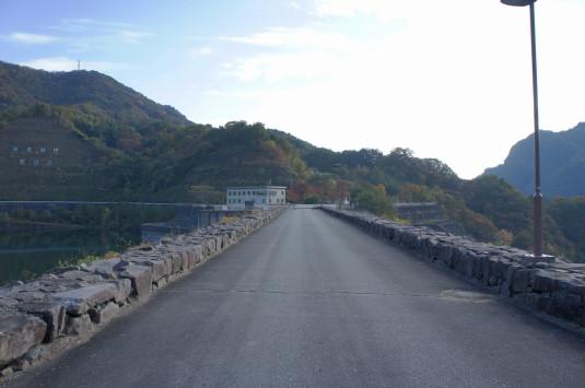 紅葉 荒川ダム ダムの上