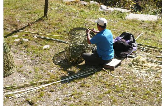 ドッコ(竹籠)編む地元の人