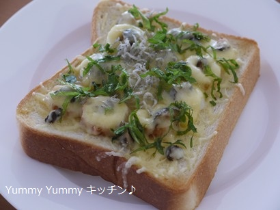 パリポリ☆キューちゃんとちくわのピザトースト♪ちりめんじゃこ青シソトッピング~