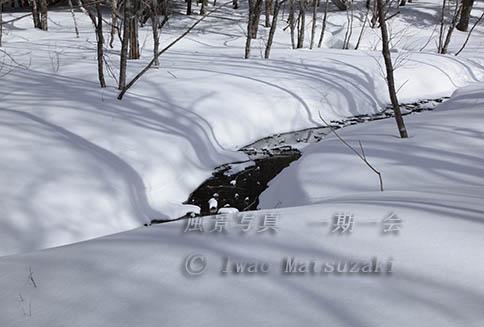 雪に眠る流れ
