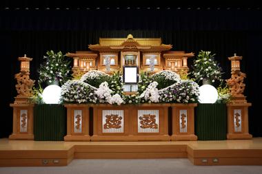 白と紫の花祭壇