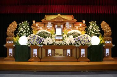 白ときれいな紫の花祭壇