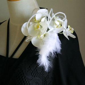 胡蝶蘭とファーの結婚式コサージュ