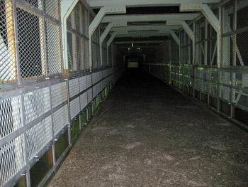 跨線橋はもっと真っ暗