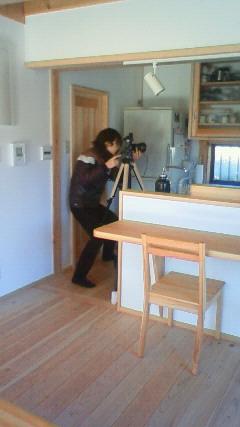 キッチンでカメラマン