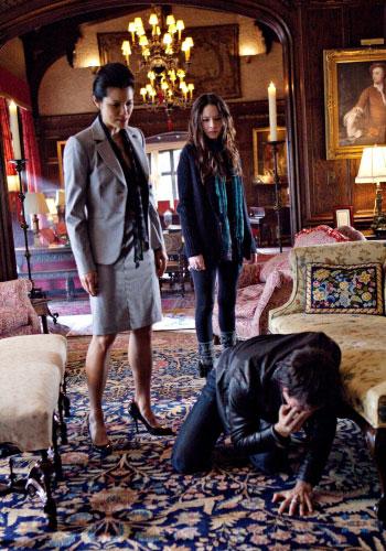 The-Vampire-Diaries-1x16-There-Goes-the-Neighborhood-Damon-Anna-Pearl-Promo.jpg