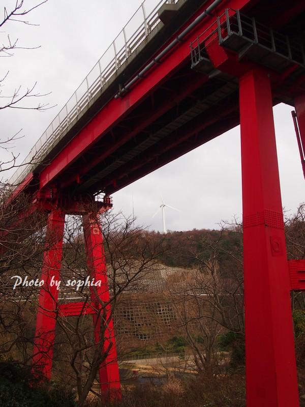 米山大橋と風力発電機