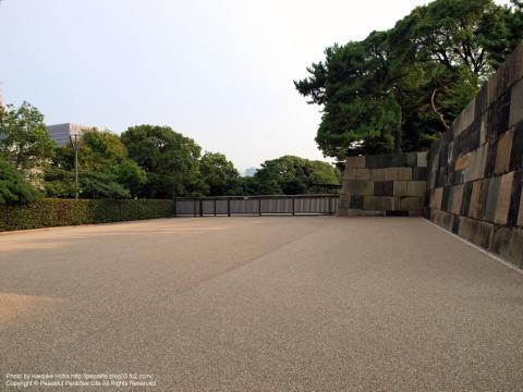 皇居一般参観コース側との仕切りの門
