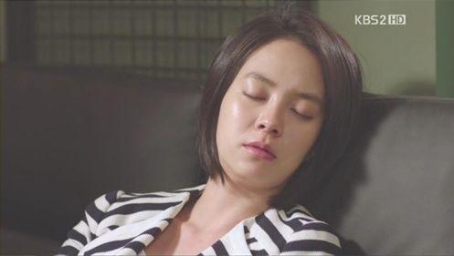 O署で疲れて寝てしまったミンジュの寝顔を見て・・・