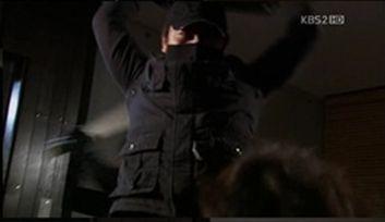 Vしかし、その背後からセヒョクを襲う黒い影が・・・